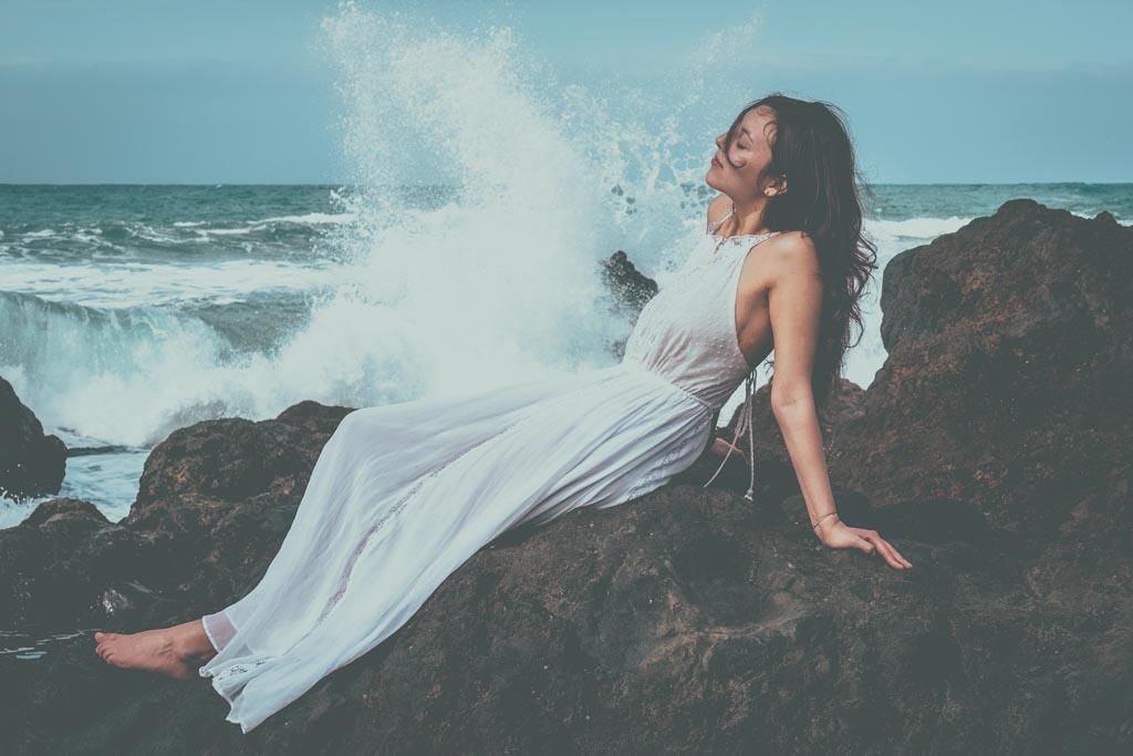Mädchen beim Shooting einer Liebesgeschichte auf den Felsen am Atlantik bei Puerto de la Cruz