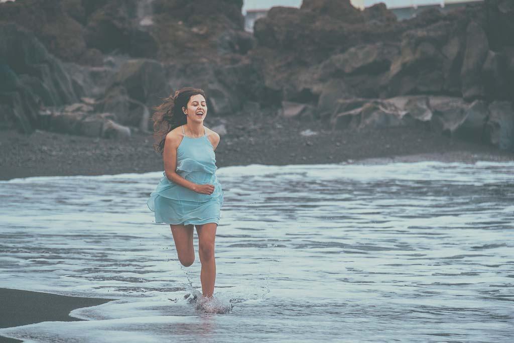 Mädchen Bridetobe 2021 läuft den Strand entlang
