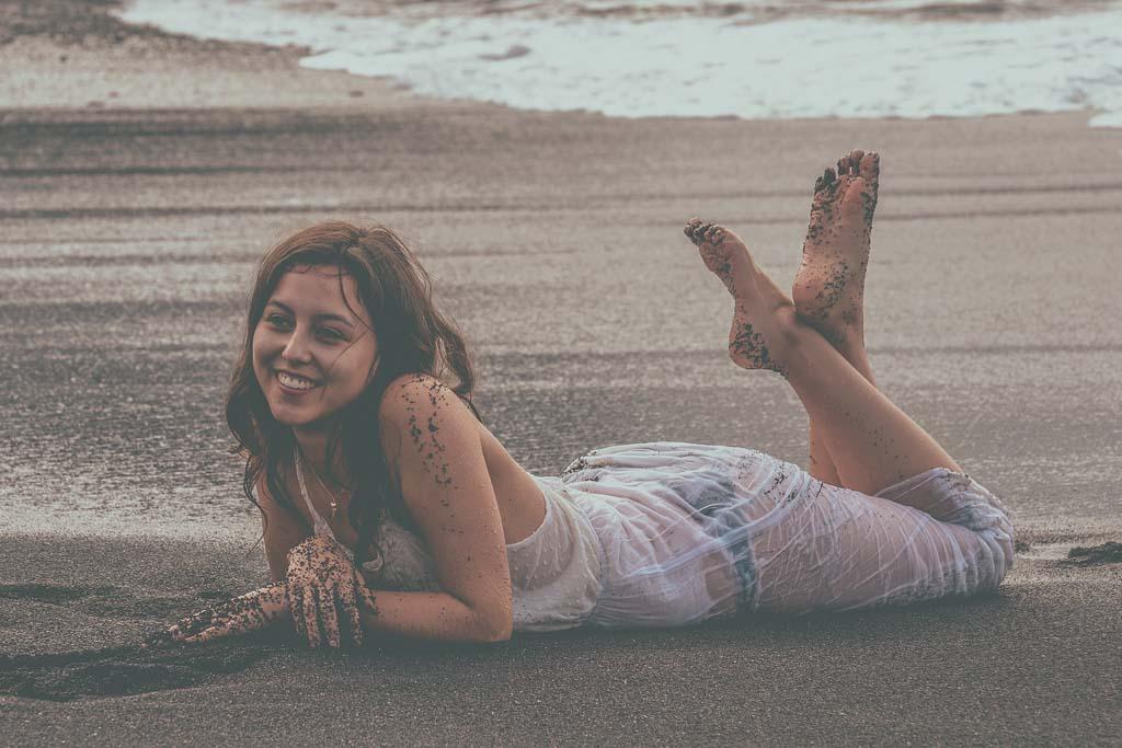 Mädchen liegt am Strand von Puerto de la Cruz auf Teneriffa beim Shooting mit Deutscher Fotograf Kanaren und Hochzeitsfotograf Hamburg Nienstedten