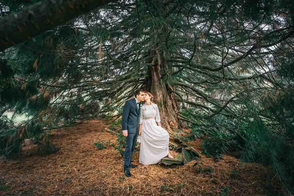 Hochzeitsfotografen Ela und Chris fotografieren Braut und Bräutigam mit Brautstrauß in Herrsching am Ammersee